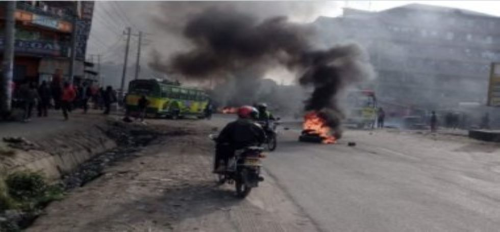 Kayole youths rioting after police shot one of them.